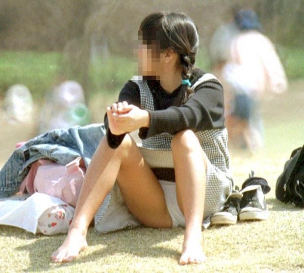 膝を立てて座ると下着が丸見え (5)