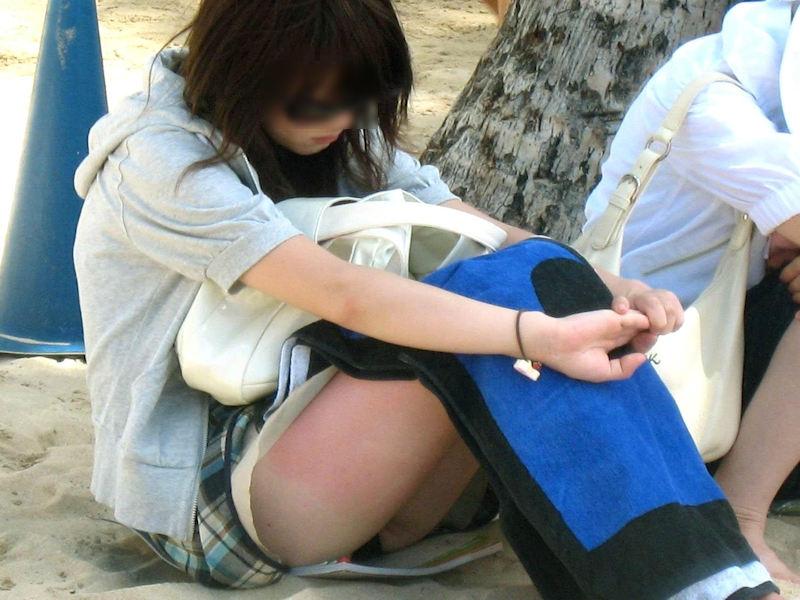 膝を立てて座ると下着が丸見え (15)