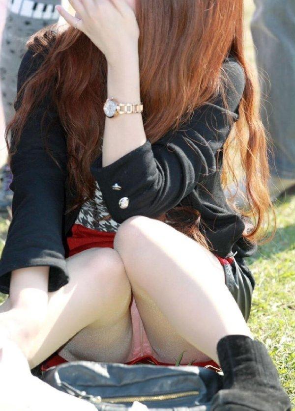 ミニスカートから下着がチラチラ (16)