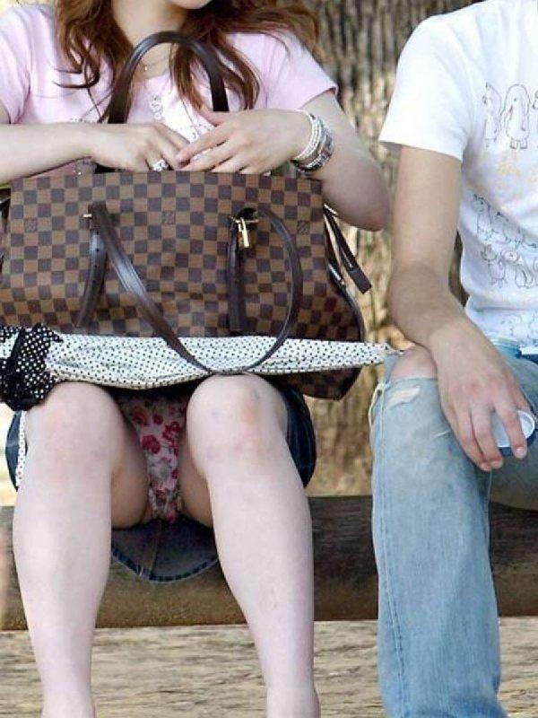 ミニスカートから下着がチラチラ (18)