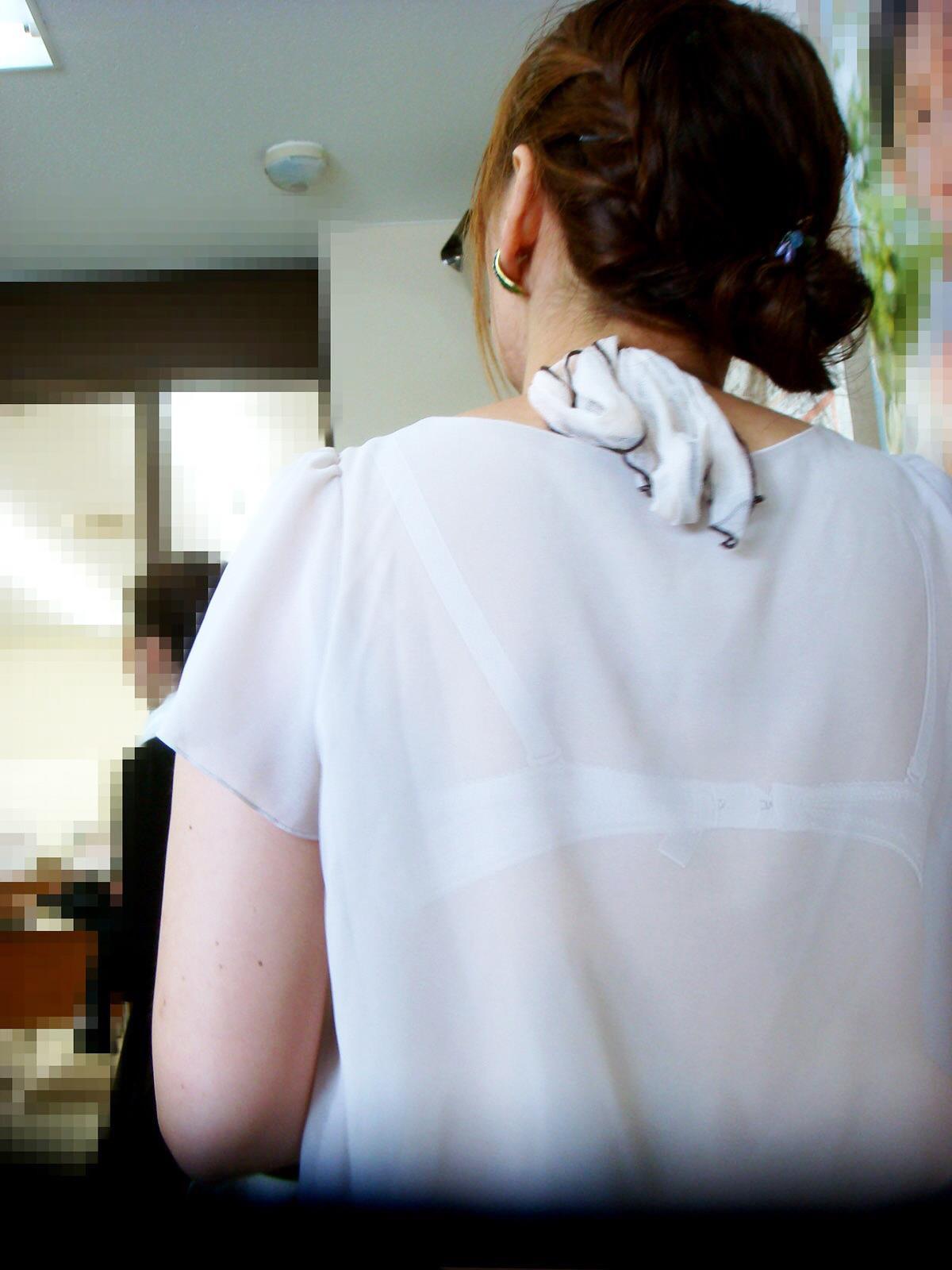 下着が背中や胸から透けてる (7)