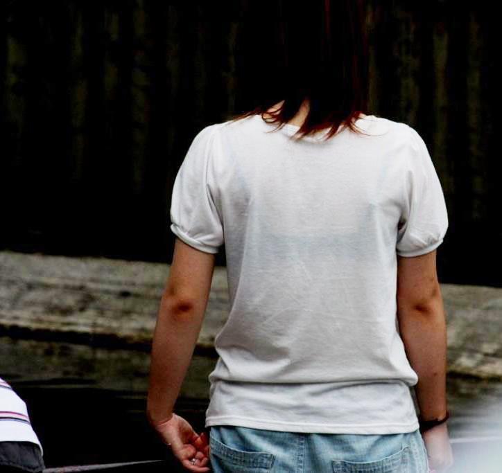 下着が背中や胸から透けてる (13)