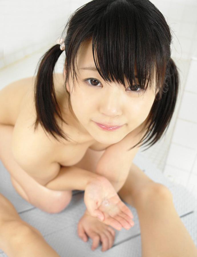 髪を両側で縛って裸になる (2)