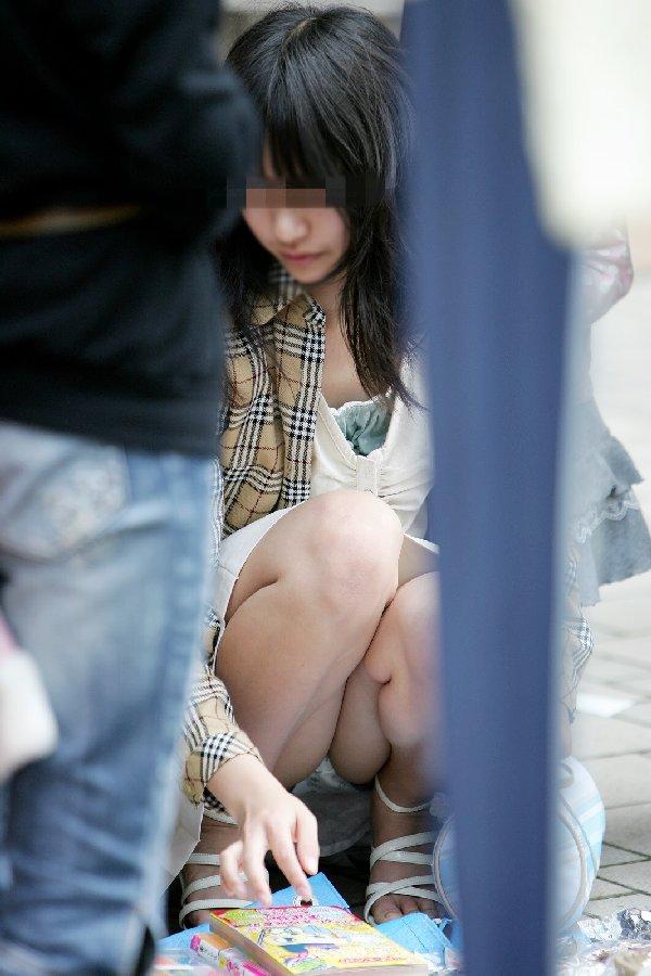 下着がチラッと見えてる無防備な女の子 (15)