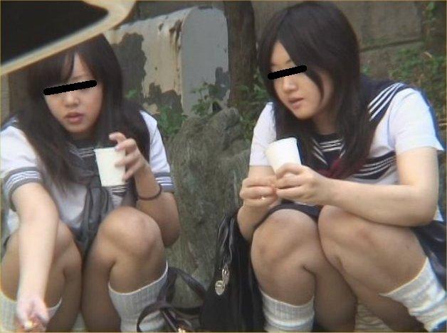 下着がチラッと見えてる無防備な女の子 (12)