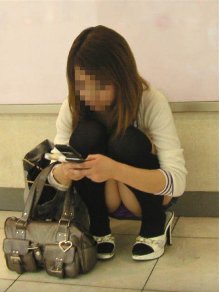 下着がチラッと見えてる無防備な女の子 (8)