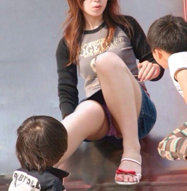 下着がチラッと見えてる無防備な女の子 (14)
