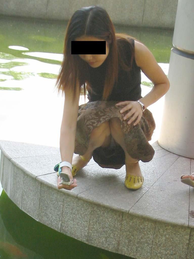 下着がチラッと見えてる無防備な女の子 (9)