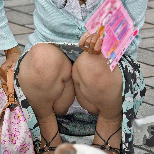 下着がチラッと見えてる無防備な女の子 (1)