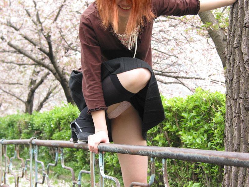 下着がチラッと見えてる無防備な女の子 (5)