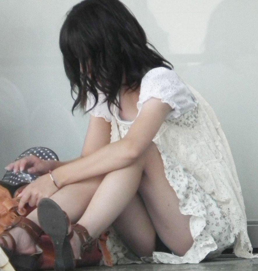 下着がチラッと見えてる無防備な女の子 (3)