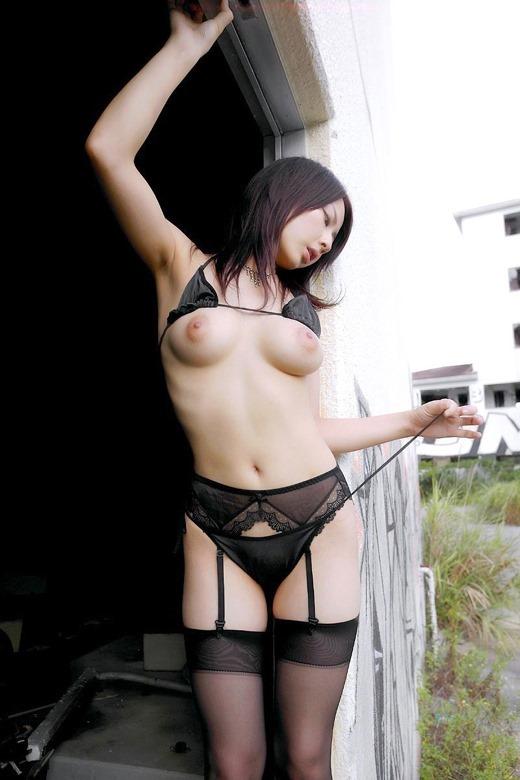 美しくハリも良い乳房と乳首 (2)