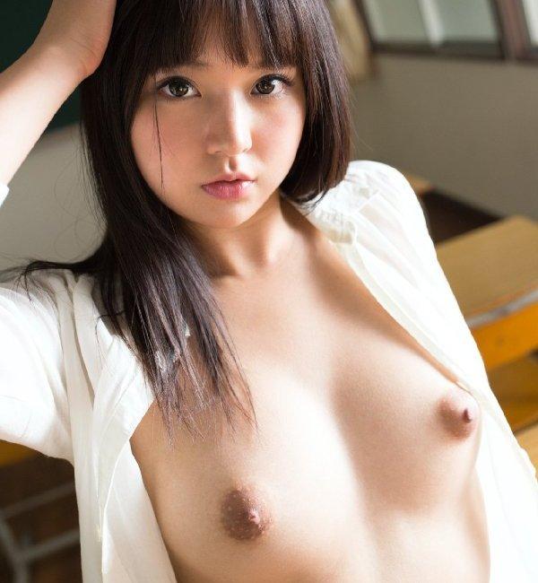 美しくハリも良い乳房と乳首 (1)
