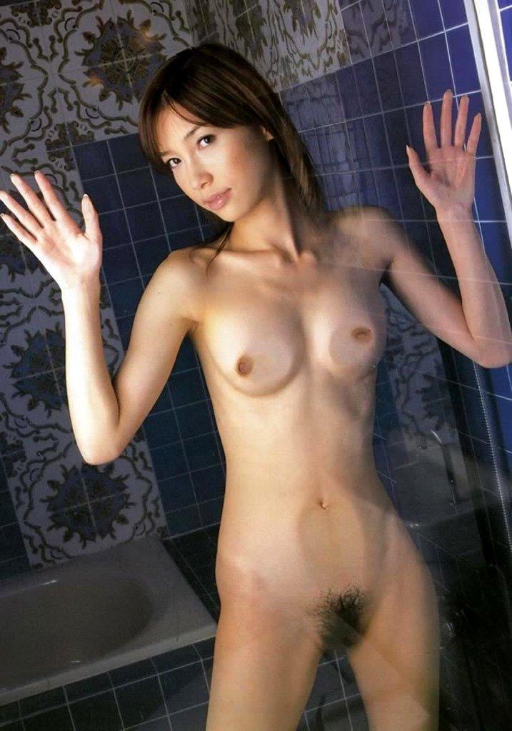 乳房を押し付けて変形しているオッパイ (9)