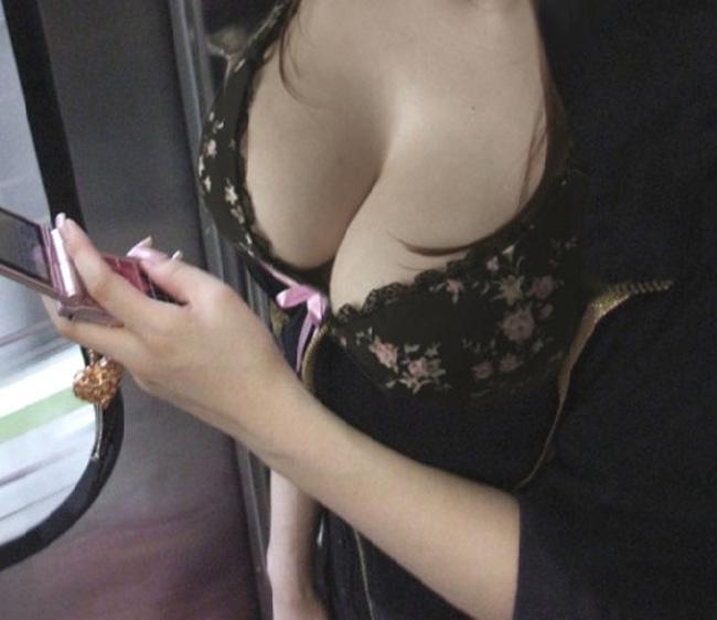 デカい乳房の谷間がモロ見え (9)