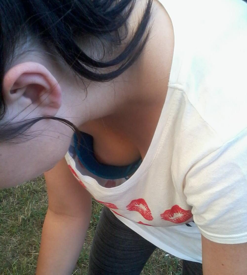 乳頭までチラチラ見えてる素人さん (2)