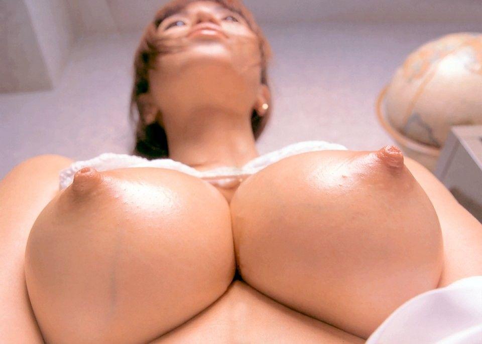 乳頭を勃たせている美乳おっぱい (8)