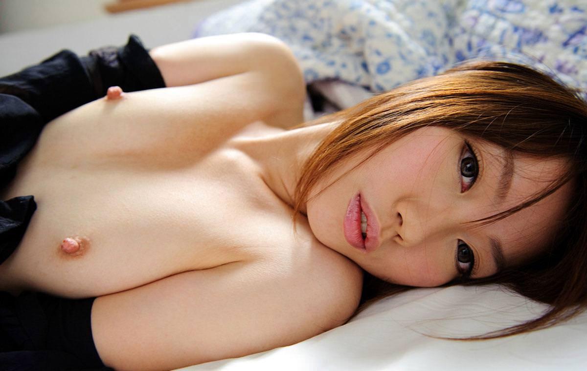 乳頭を勃たせている美乳おっぱい (10)