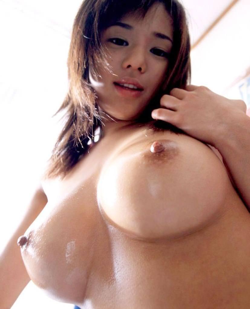 乳頭を勃たせている美乳おっぱい (17)