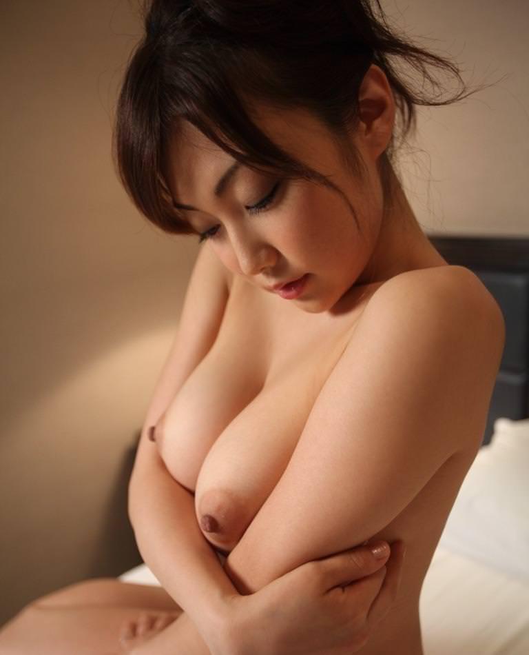 乳頭を勃たせている美乳おっぱい (2)