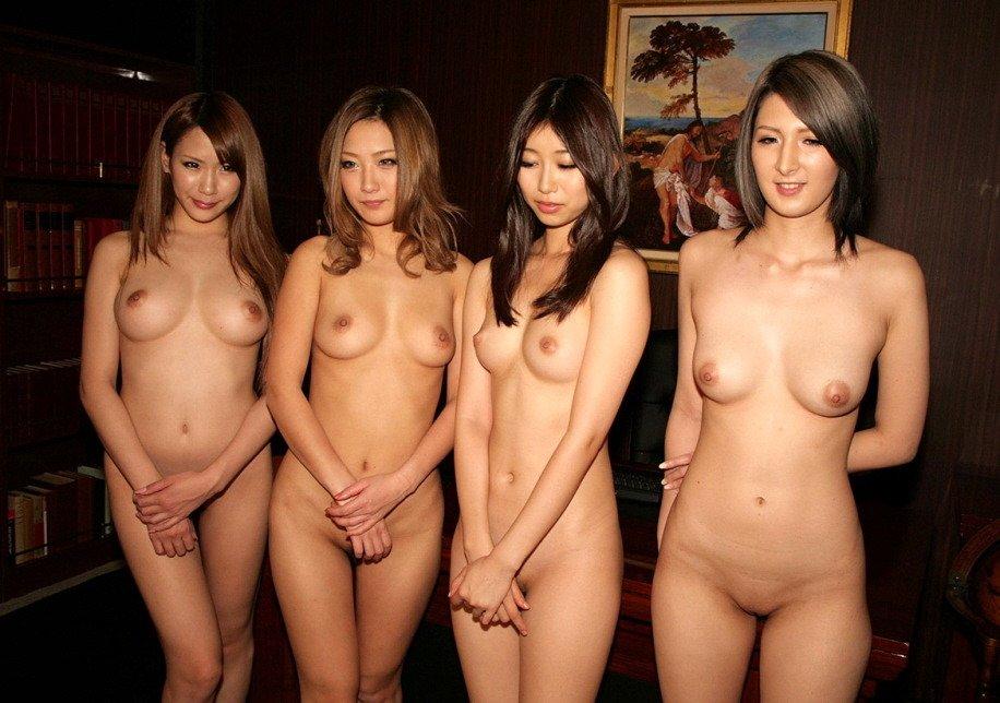 複数の全裸が集まってポーズをとる (9)