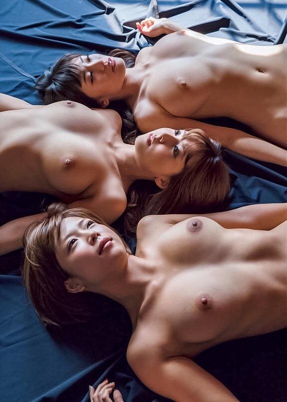 複数の全裸が集まってポーズをとる (15)