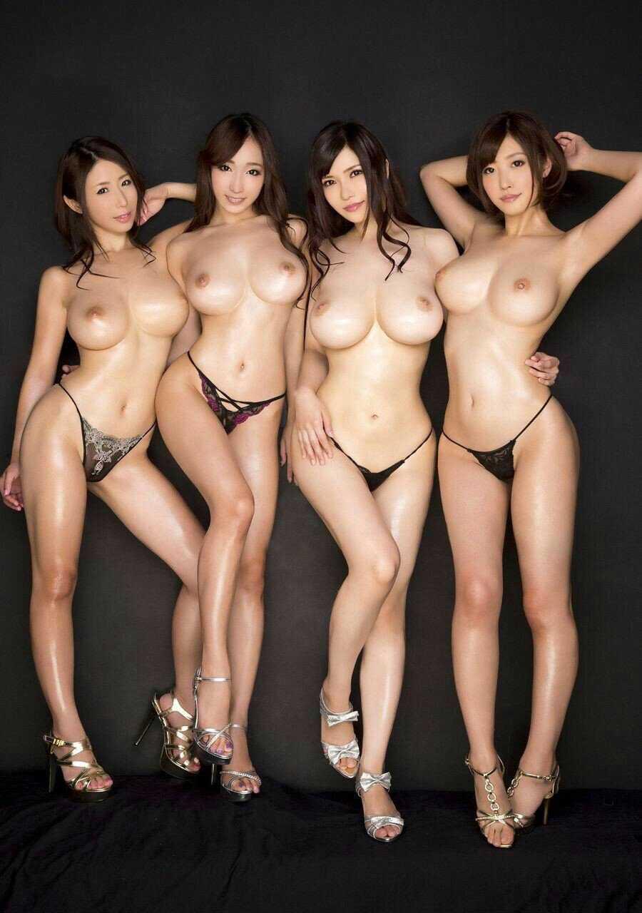 複数の全裸が集まってポーズをとる (13)