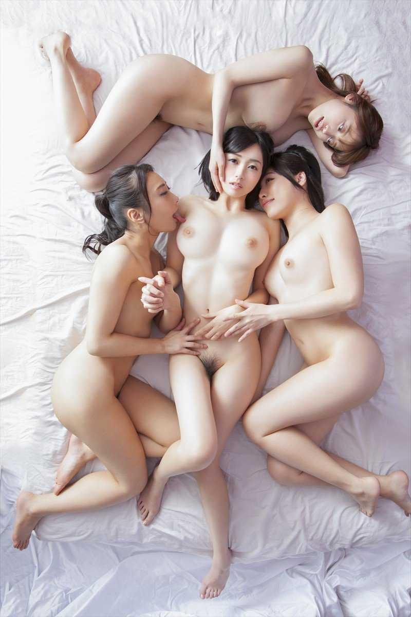 複数の全裸が集まってポーズをとる (14)