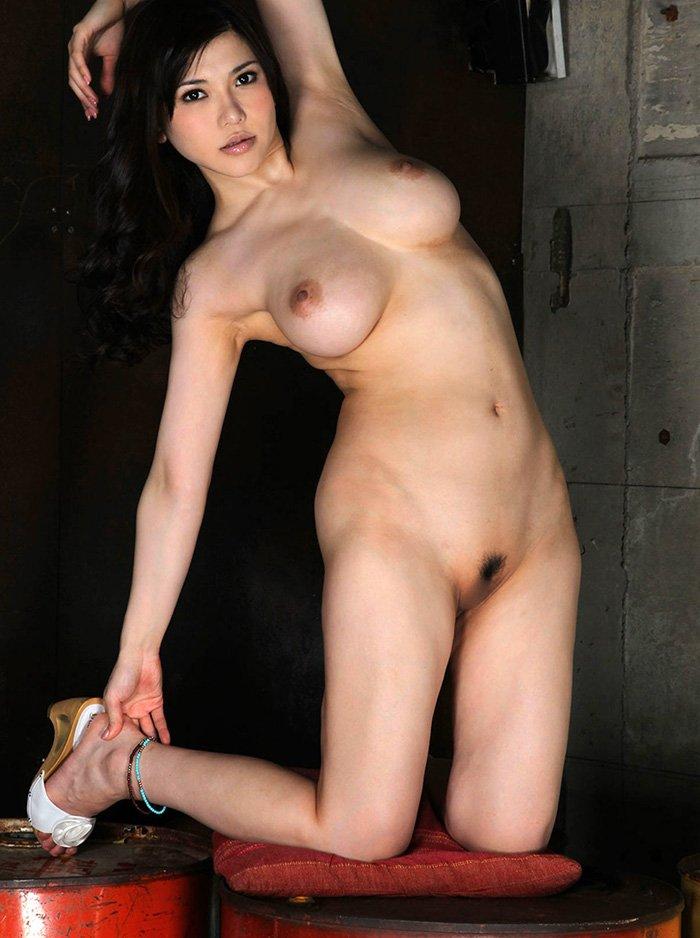 陰毛がしっかり見えている全裸姿 (6)