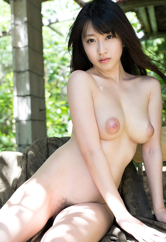 陰毛がしっかり見えている全裸姿 (3)