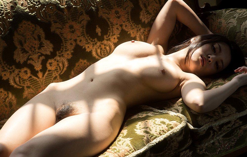 陰毛がしっかり見えている全裸姿 (14)