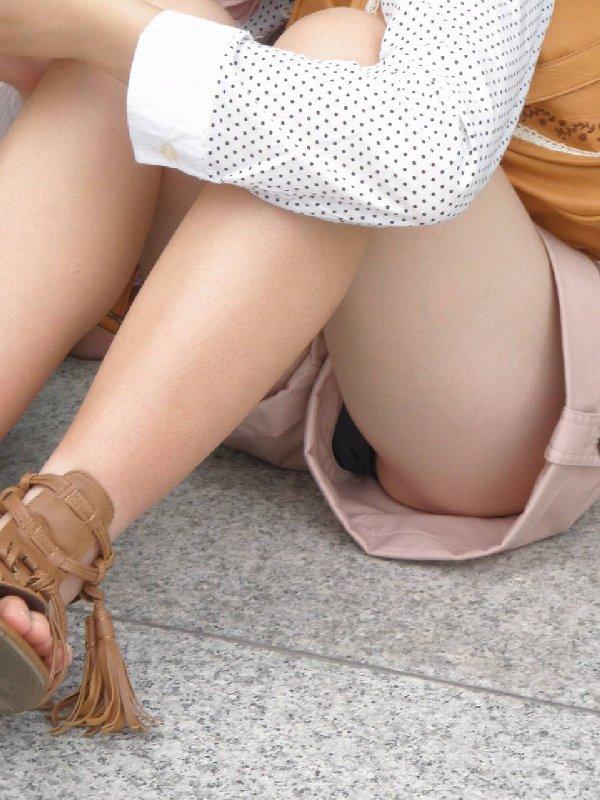 ショートパンツから下着がチラチラ (11)
