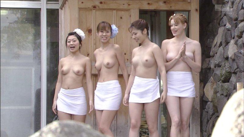 露天風呂にバスタオル姿で入浴 (13)