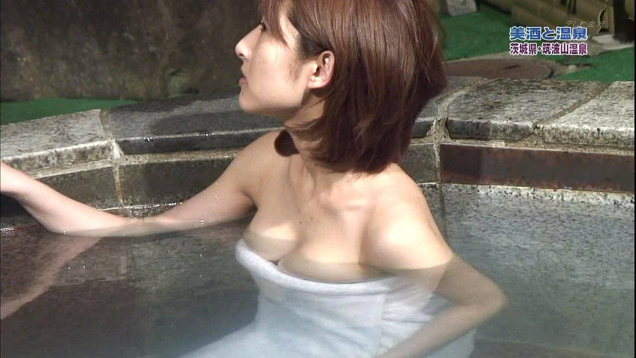 露天風呂にバスタオル姿で入浴 (8)