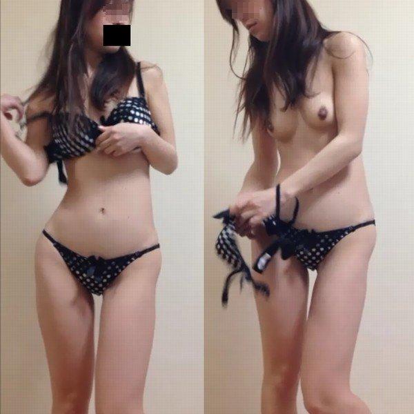 更衣室で脱衣中の女の子 (1)