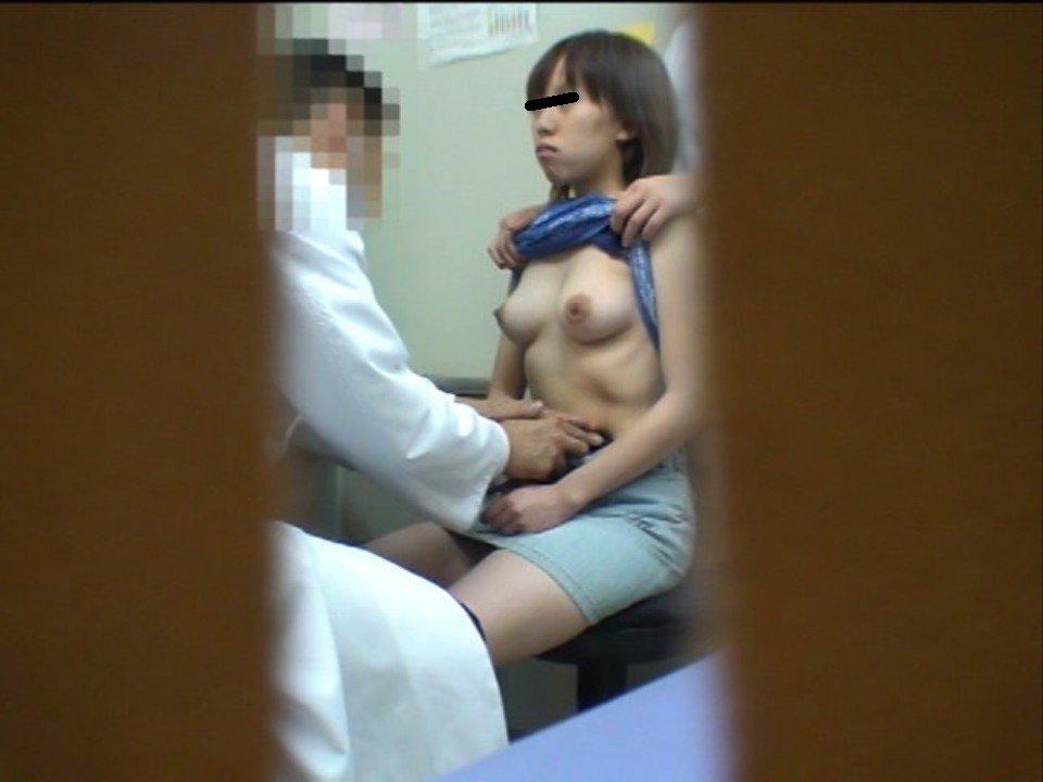 健康診断で胸を露出している女の子 (7)