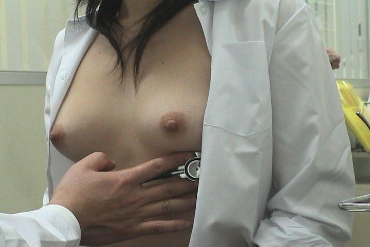 健康診断で胸を露出している女の子 (6)