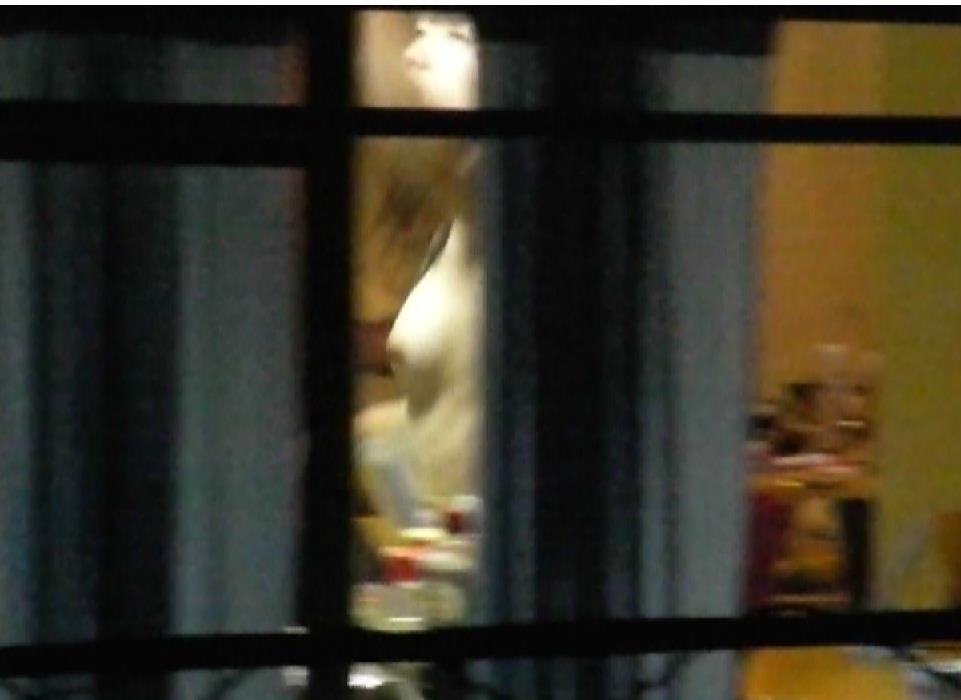民家の窓から素っ裸の素人さんが見えた (15)