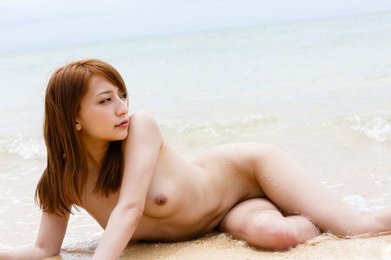 美しいビーチにいる美しい全裸女性たち (10)