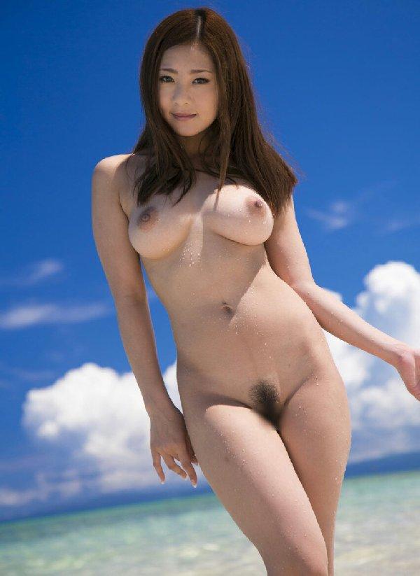 美しいビーチにいる美しい全裸女性たち (13)