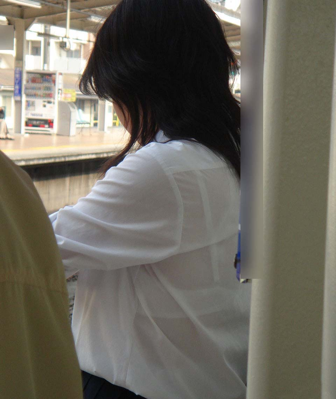 服の中からブラジャーが透けてる (7)