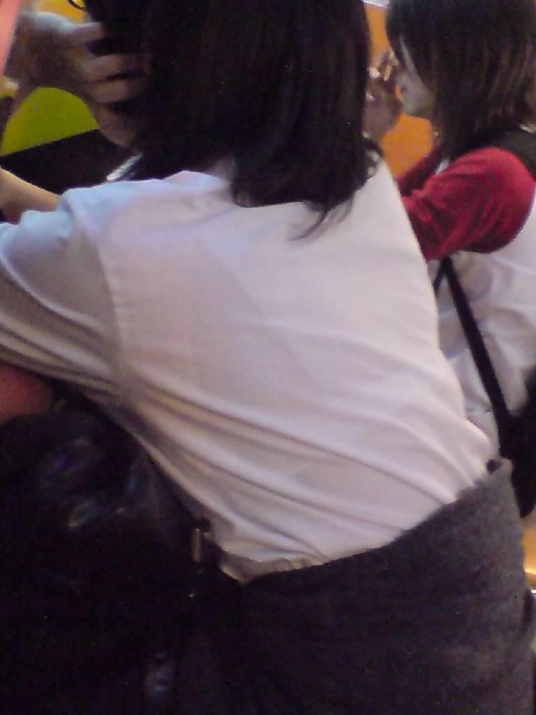 服の中からブラジャーが透けてる (10)