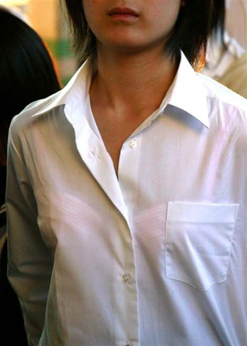 服の中からブラジャーが透けてる (20)