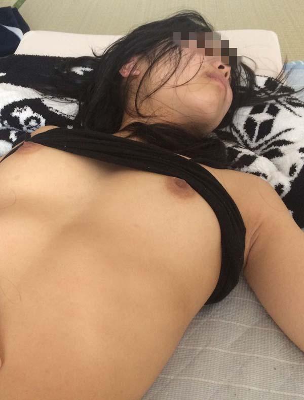 素っ裸で寝ちゃった女の子 (12)