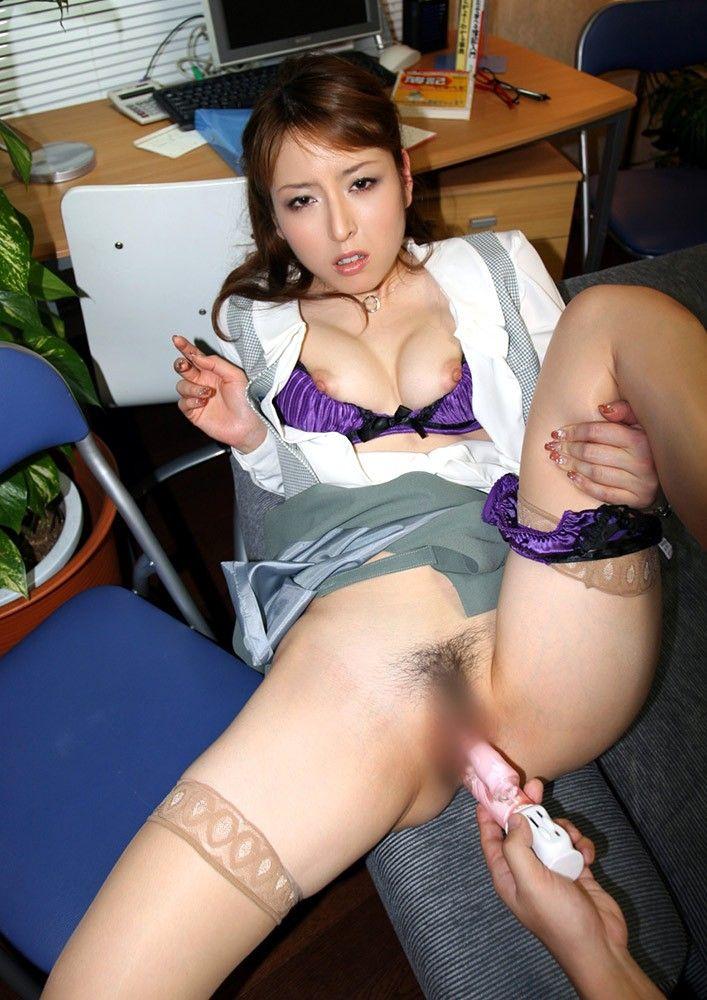 膣の中にバイブを強制的に挿入 (19)