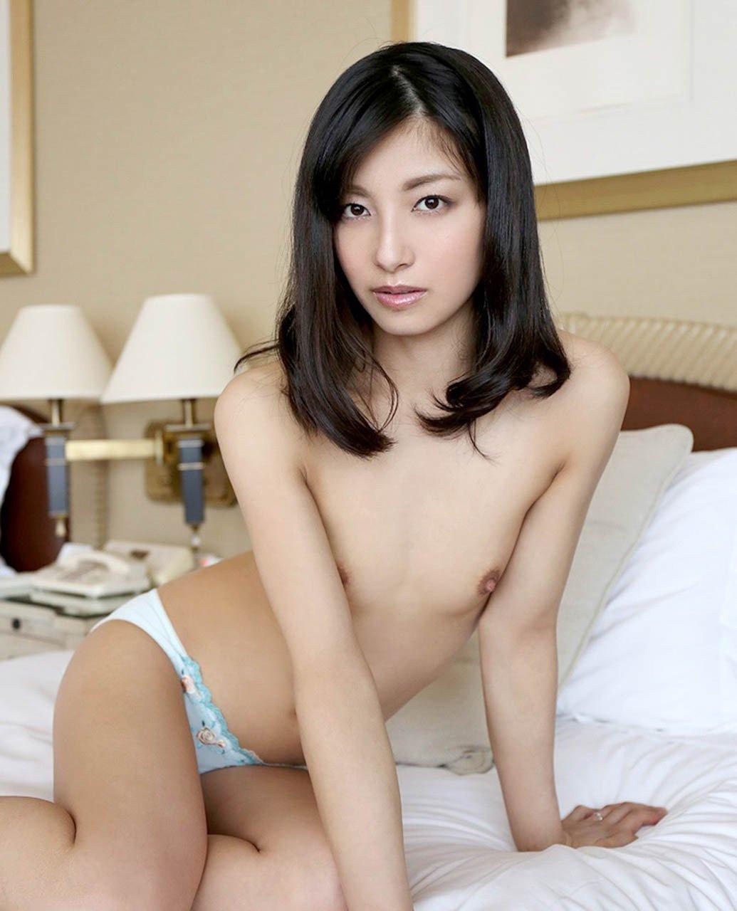 小ぶりな乳房と可愛い乳首 (11)