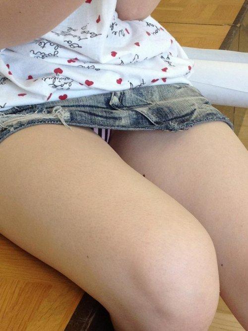 短いスカートを穿いて下着が丸見え (19)