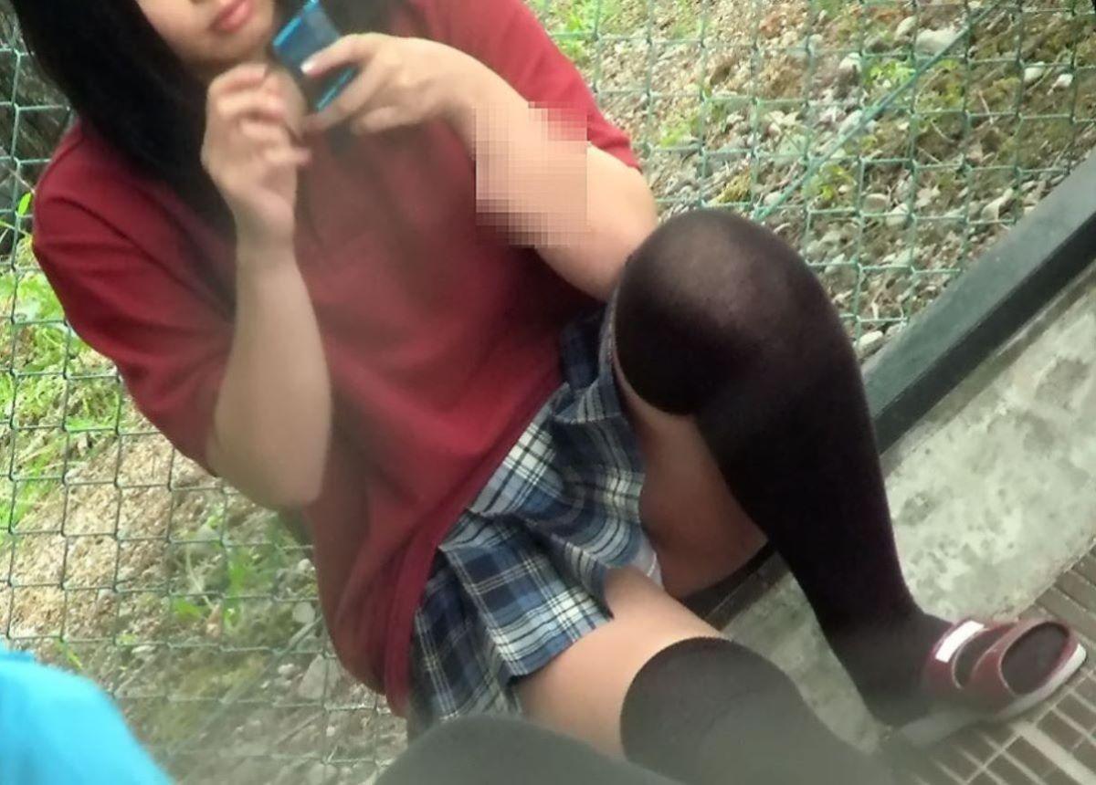 短いスカートを穿いて下着が丸見え (6)