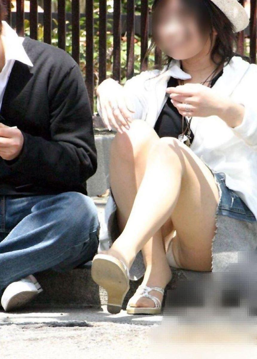 短いスカートを穿いて下着が丸見え (7)