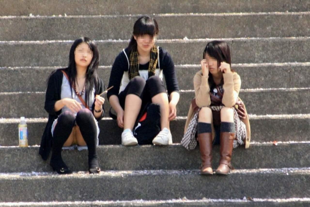 良い天気なので公園で座ると下着丸見え (5)